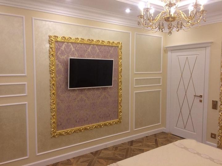 дизайн проект трехкомнатной квартиры п44т. телевизор в золотистой рамке со светлым интерьером