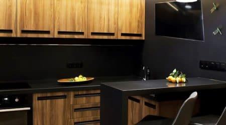 В маленьких кухнях используется барные стойки вместо стола. кухня под дерево с подчеркивающим эффектом черного контрастного