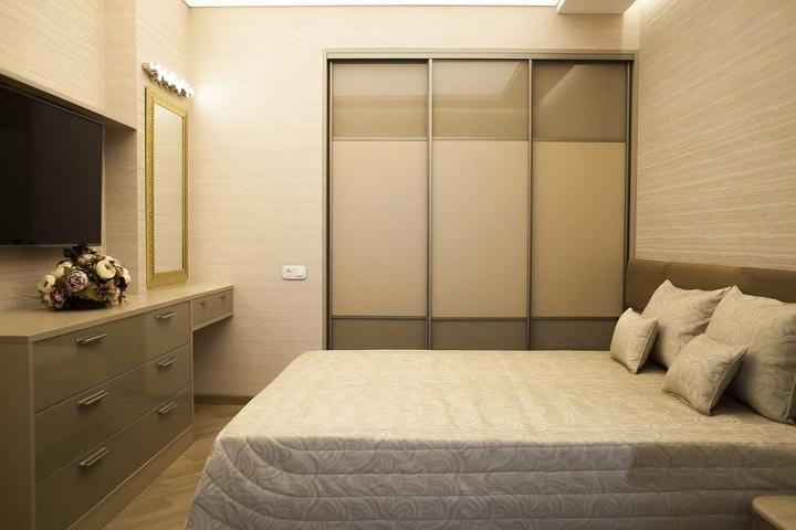 спальный гарнитур со встроенным шкафом-купе и потолочной подсветкой