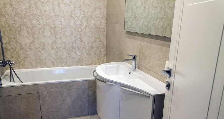 Современная ванна, раковина вытянута.