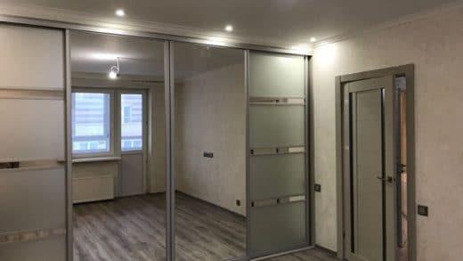четырех дверный шкаф-купе подчеркивает важность данной мебели
