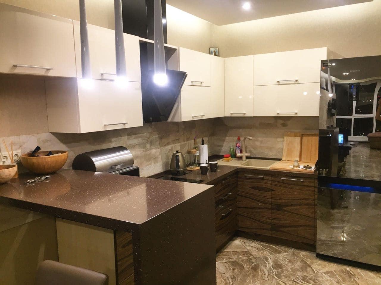 кухня гостиная в бело коричневых тонах, заказать дизайн проект квартиры