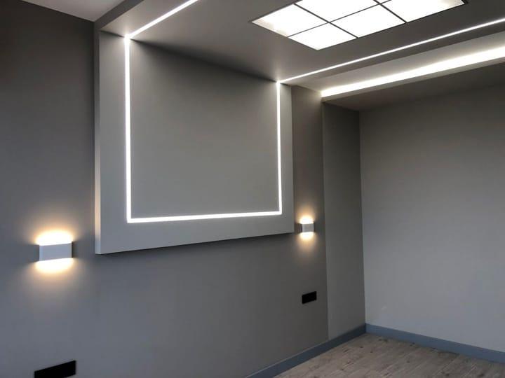 дизайн проект квартир в ЖК Одинцово - 1. оригинальная подсветка потолка и стены с приглушенным оформлением интерьера комнаты