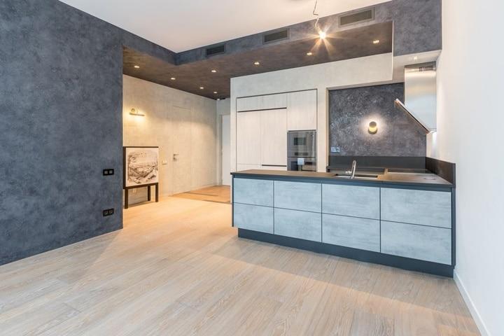 Кухня гостиная в темных тонах. Данный тип дизайна будет на любителя. дизайн проект квартиры в ЖК Дом на Баковке.