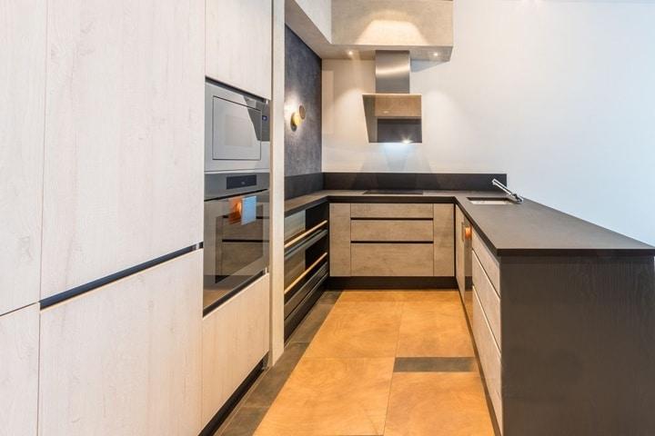 Вариант угловой кухни, столешница из акрила. Микроволновка и духовка размещены в стойку.