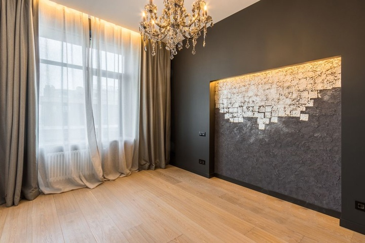Противоположная стена оформлена темной краской и венецианской штукатуркой.