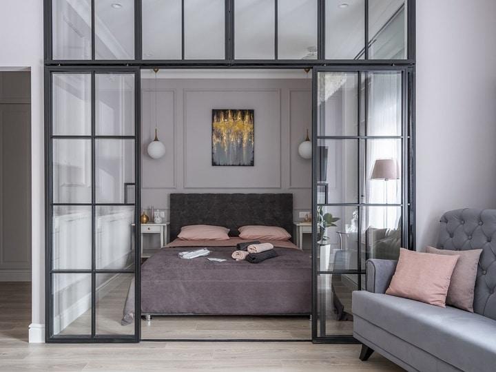Перегородка для спальни и гостиной из стекла и пластиковой рамы. Цвет и стиль ее может быть любой. Стекло используется прозрачно, тонированное, или с узором пескоструем. Все зависит от запроса заказчика.