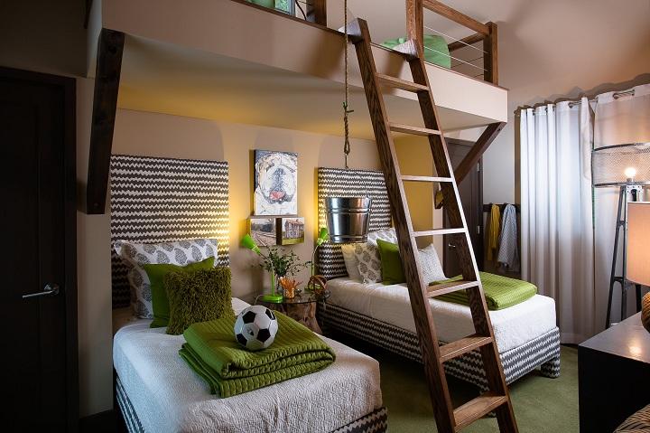 В некоторых новостройках, квартиры с большими потолками. Используйте это место правильно. Как вариант расположите спальное место на верху, тем самым на нижнем ярусе можно установить шкафы, письменный стол или спортивный уголок к примеру.