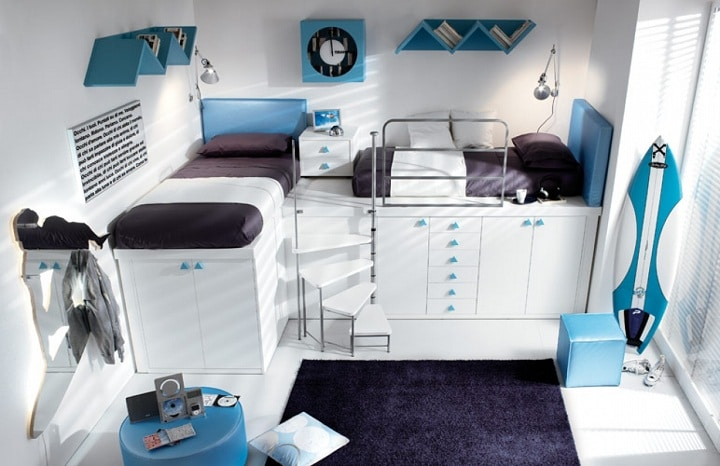Для подрастающих подростков второй ярус кровати может быть не высокий, а над ним разместите розетки для телефонов и ноутбуков, полочки или часы.