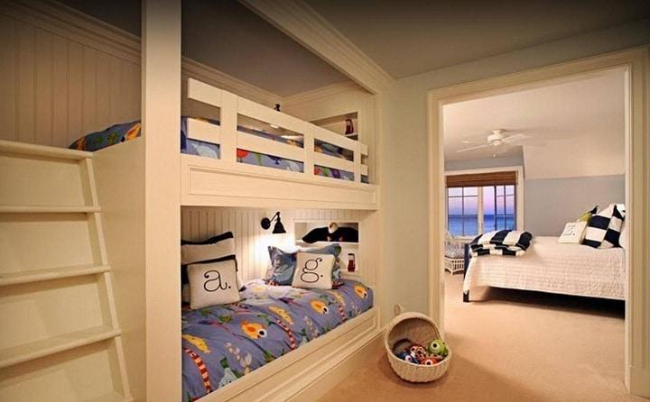 Отличная деревенская стилистика в помещениях, кровати делались на заказ, но при этом стандартные размеры матрасов соблюдались.