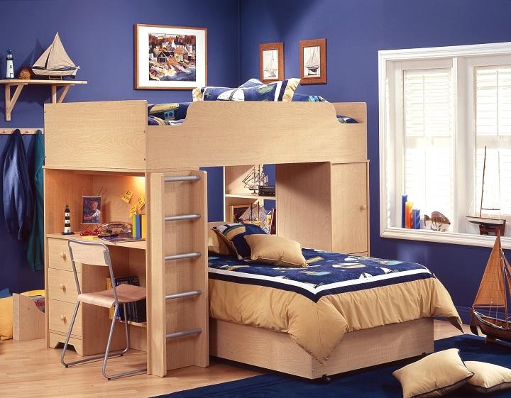 Перекрестное расположение мебели. Спальное место друг над другом, а в боковину кровати смонтирован письменный стол.