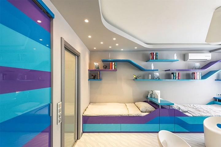 Комната для подросших детей выполнена в современном стиле, шкафы спрятаны, все подогнано и убрано.