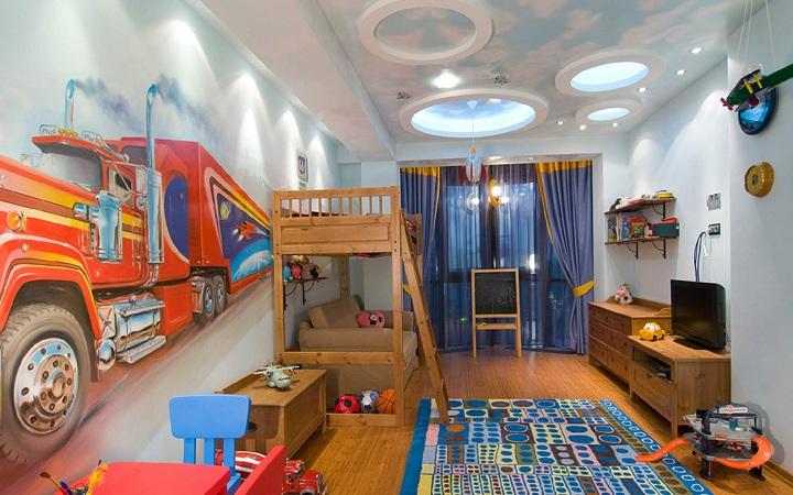 При реализации данного интерьера большое внимание ушло на изготовление освещения, хаотичные светильники, фото обои, темно синие шторы и мягкие тона обоев. Данная комната будет радовать ее обитателей долгие годы.