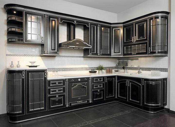 Черная кухня с белым фартуком и столешницей. Не каждому это подойдет по вкусу. Общий стиль интерьера обязательно учитывайте.