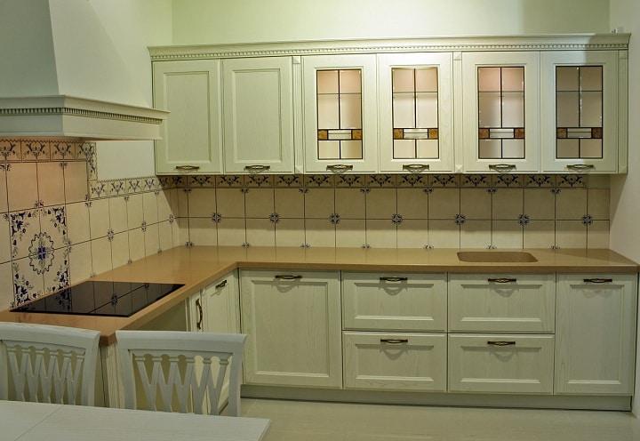 Модули кухни выполнены в светлом цвете немного в зеленом оттенком.