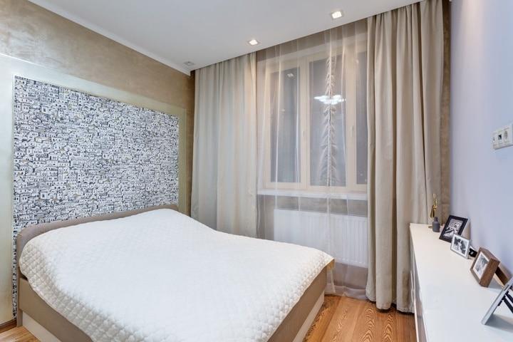 В спальне потолок прямой с дополнительным освещением. Отделка стен радует высококачественной фактурой. Для вас на выбор можем предложить обои, окраска стен, декоративное покрытие различных производителей или конструктивные элементы из гипсокартона. Выбор за вами, а мы поможем в реализации.
