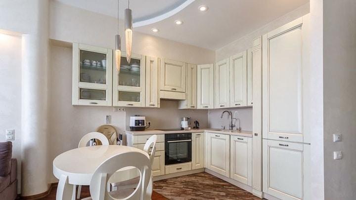 Зона кухни спроектирована максимально полезной, но в то же время шкафы не загромождают интерьер. Холодильник встроенный в общий гарнитур. Есть место для всего и вся. Дополнительно было возведена перегородка, отделяющая зону входа.