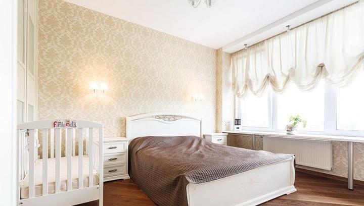 Спальня это прежде всего место отдыха, в ней требуется предусмотреть все самое необходимое. От шкафа купе до размещения детской кроватки. В дальнейшем будет обживаться интерьер и привносить, что то свое. Создавая уют и комфорт жильцам.