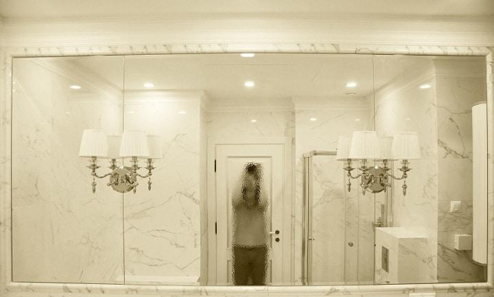 Огромное зеркало в ванной комнате, обрамление (рамка) подобрано в стиль плитки и кафеля.