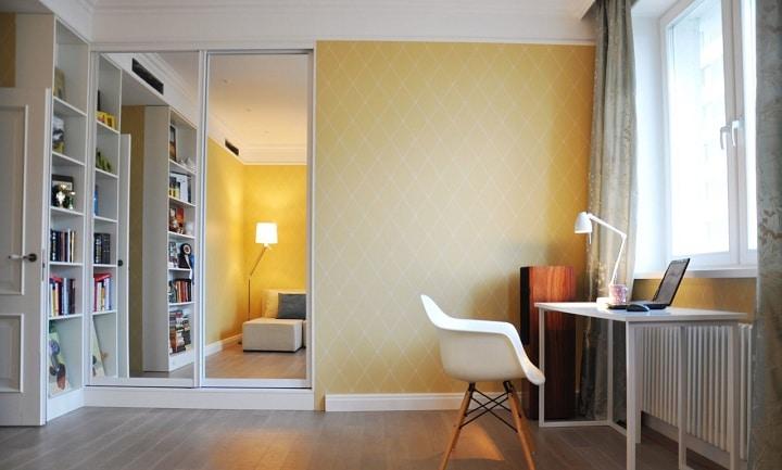 Спальня со встроенным шкафом, рабочее место расположено у окна.