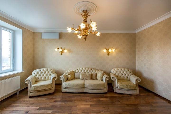 Шикарная спальня в светлом классическом оформлении. Вся мебель куплена в сетевых магазинах. Люстры и освещение подобраны типовые. Дизайн проект в ЖК Немчиновка-Резиденц, планировка.