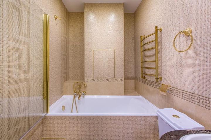 Альтернативный вид на ванную комнату. Обратите внимание на стеклянную шторку и ее крепление к стене. Все сочетается между собой.