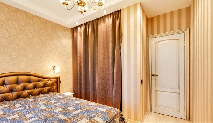 С другой стороны в встроенном шкафу вместо обычных дверей купе установлена ткань из материала штор. Двери белые классика с золотой окантовкой.