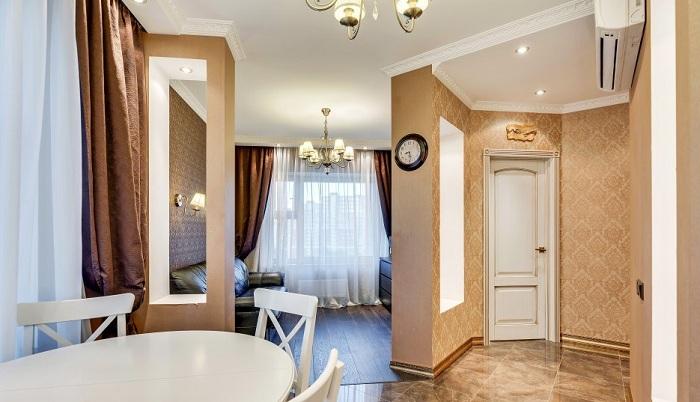 Потолок выполнен из двухслойного ГЛК, отштукатурен и окрашен в белый цвет. Стиль помещения и цветовая палитра дублируется во всей квартире.