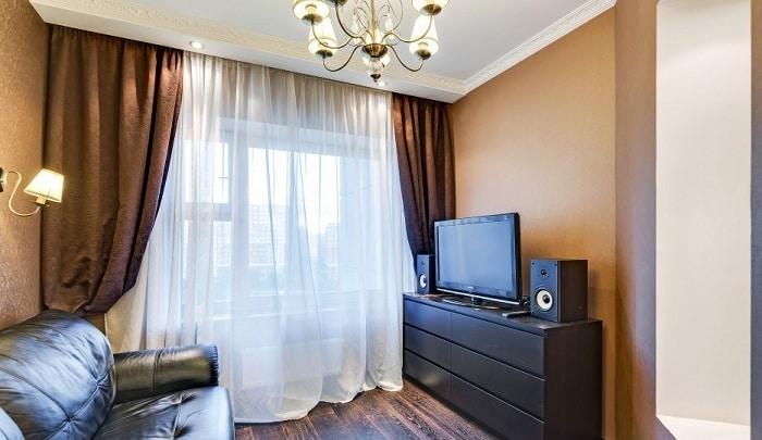 В гостиной комнате установлен широкий диван, размером 2400 мм, напротив ТВ и акустическая система.