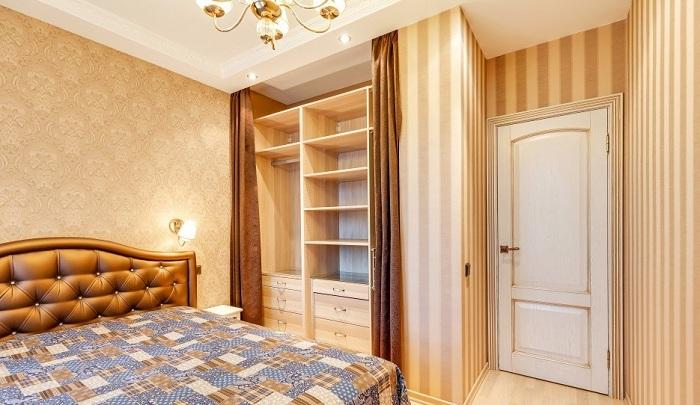 За шторами в спальне смонтированы полки и их размер может быть любой по вашему усмотрению.