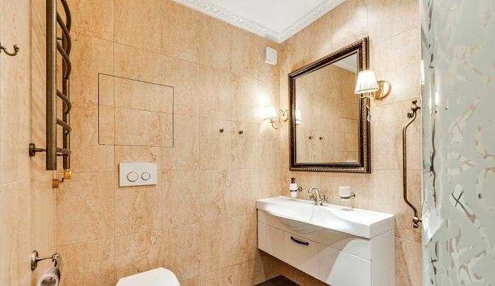 Переходим к ванне. На стенах обычный керамо гранит под мрамор. Однотонный бежевый - коричневый. Остальные детали с медными вставками, от кранов до зеркала.