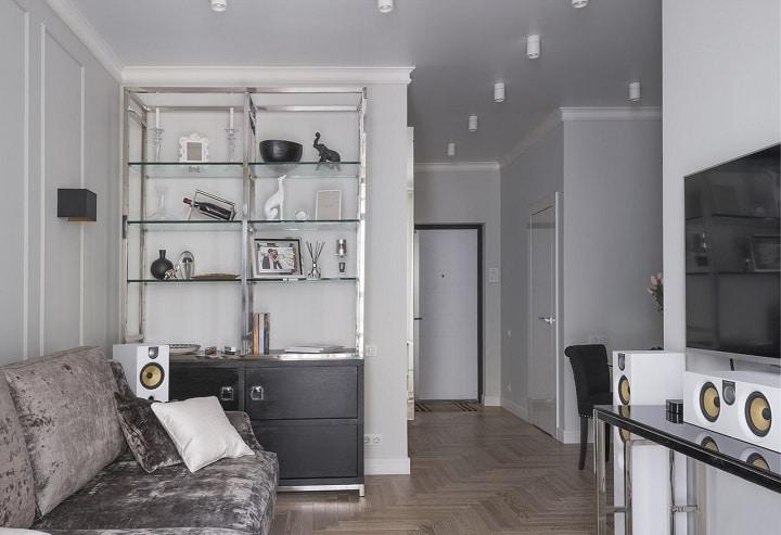 Вид из комнаты на прихожую. Ламинат постелен одним контуром в стилистике под паркет. Теплые полы, хоть это и запрещено, но есть желание заказчика, сделаны из полотенце сушителя. Белые глянцевые двери вписываются общий стиль помещения.