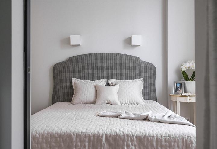 В спальне реализована так же идея, что и в соседних помещениях. От ночников отказались, стены покрашены белой матовой краской.