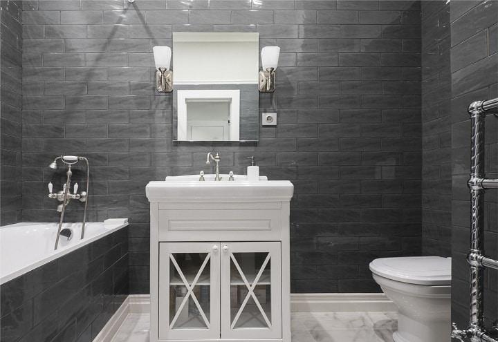 Для ванны отделанной темной плиткой требуется значительно больше света, чем обычно. Не жалейте светильников. Расположение розетки для фена и бритвы продумывалось заранее, подбирали все предметы на этапе проектировки. Дизайн проект складывается из мелочей.