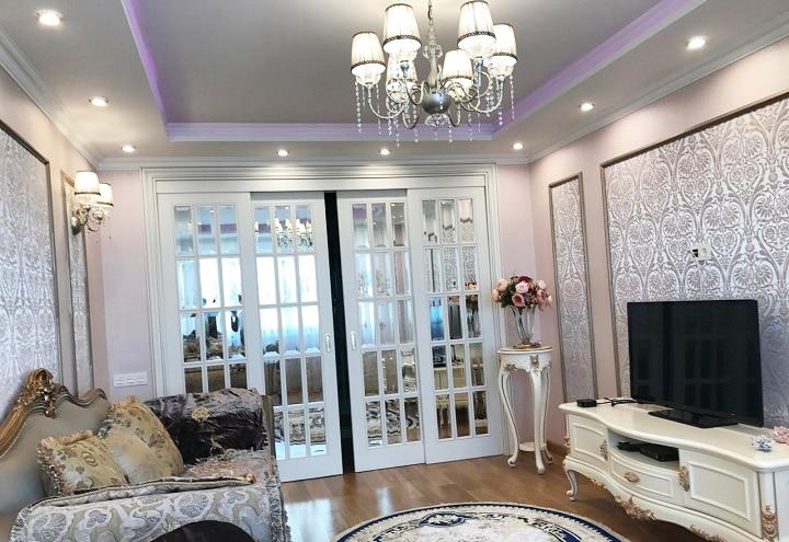 Обратите внимание на примыкание откосов дверей и плинтуса потолка, а так же на реализацию освещения. Проектировщик рассчитал заранее все необходимые допуски для монтажа конструкций.
