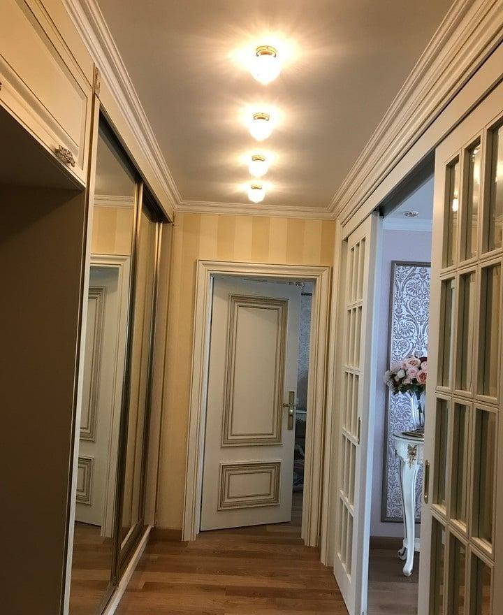 В прихожей установлены точечные светильники, купленные в леруа по 250 рублей за штуку. Красиво не значит дорого, нужно знать, где купить. Кроме того есть возможность изготовления копии зарубежных изделий любой сложности.
