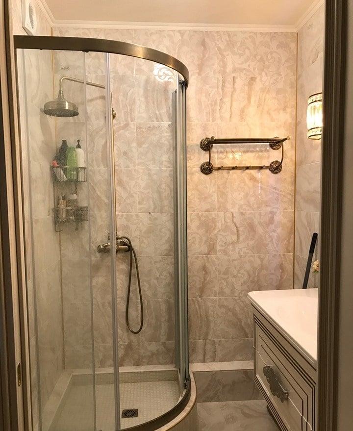 В ванной установили душ и сделали облицовку керамической плиткой.
