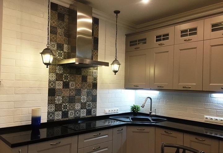 Переходим к кухне, мойка размером 900 на 900 мм угловая. Верхние шкафы сделаны только с одной стороны. Освещение около вытяжки такого же стиля, как и весь интерьер.
