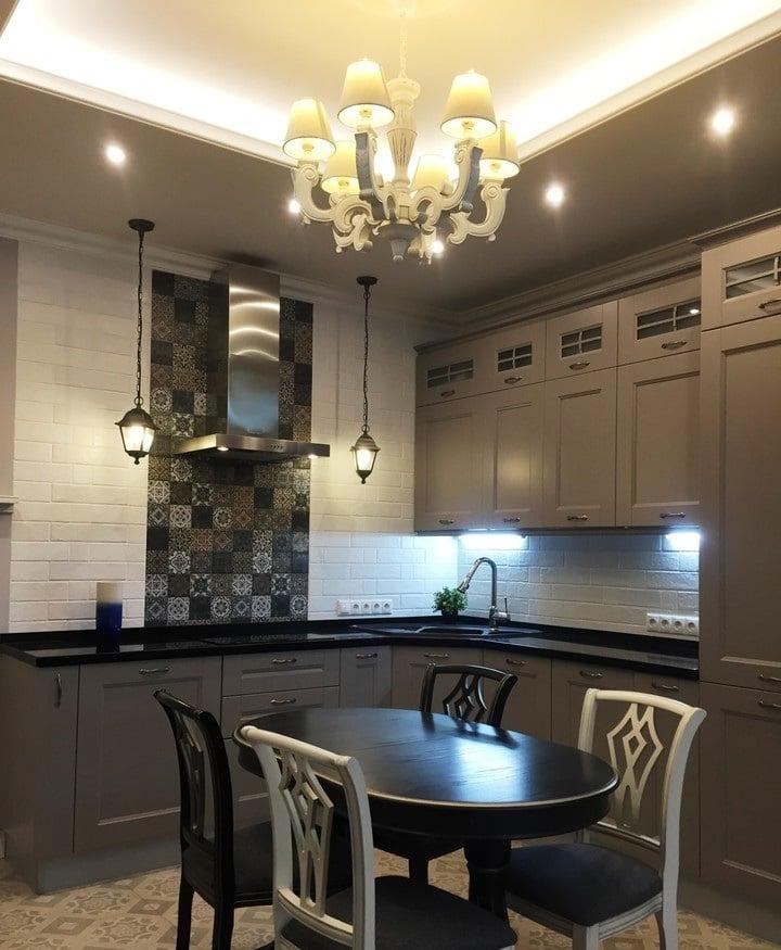 Потолок изготовлен из двух слоем гипсокартона, освещение : центральный свет с дополнительным небольшим освещением по контуру кухни.