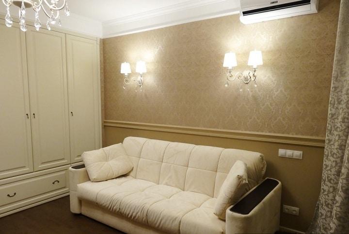 Классическая спальня, большой белый кожаный диван, встроенная стенка, несколько типов освещения с проходными выключателями, а так же дополнительными розетками.