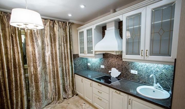 Кухня классическая белая матовая. Столешница выполнена из акрила. С потолком решили не мудрить, а сделали все в простом варианте. Центральный свет и несколько дополнительных спотов.