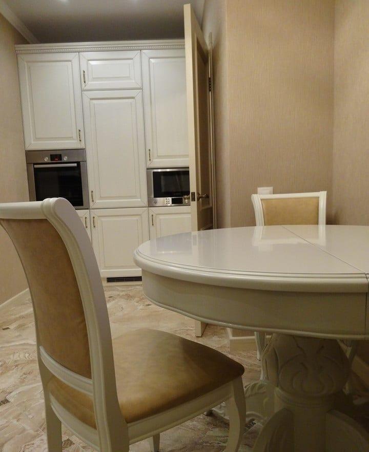 Обеденный стол так же из единой стилистики помещения, раскладывается с массивной ножкой из дуба. Полностью окрашен в белый цвет.