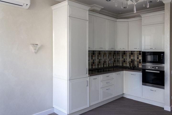 Кухня выполнена из крашенного мдф в современной классике белого матового цвета. Компоновка мебели варьируется от пожелания Клиента, так же как и высота верхних шкафов. Стандартные размеры 720 и 900 мм в зависимости от высоты потолков.