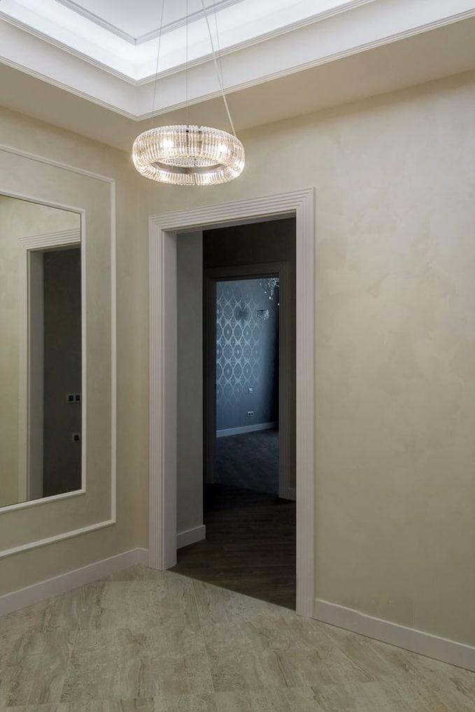 Обратите внимание на стык напольного покрытия из прихожей в помещение. Оно выполнено без порожков между ними намазан герметик светлого цвета. Он будет являться демпфером между ними. Размер монтажного шва составляет всего 1 мм.