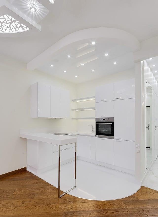 Полностью белая кухня в современном стиле с барной стойкой. Дизайн проект в ЖК Внуково 2017, планировка.
