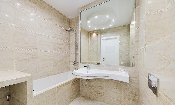 Один из лучших проектов по ванной комнате. плитка вся единая, без существенных декоров, полочки для мелочей смонтированы в углу.