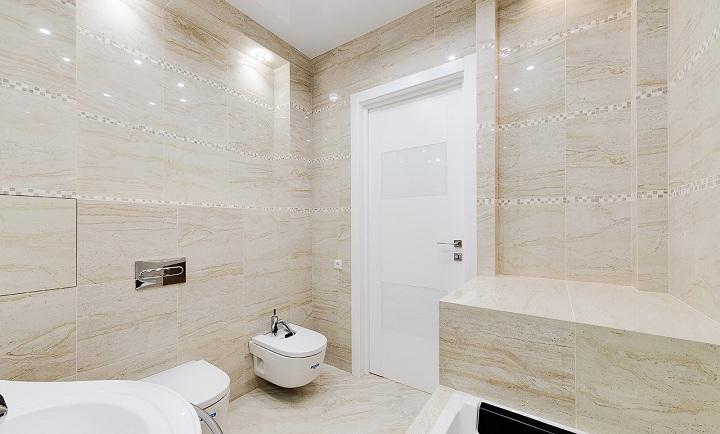 Вид на входную дверь ванной. Слева от унитаза установлен скрытый люк.