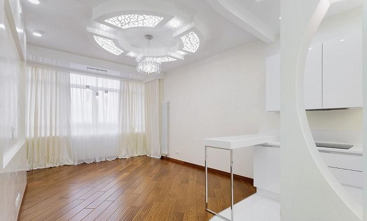 Потолок частично отштукатурен и изготовлен из гипсокартона в два слоя. Встроены необычные светильники, решетки. Делалось на заказ.