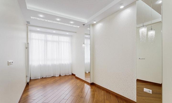В спальне установлены зеркала с заранее врезанными выключателями и розеткой, по центру планируется поставить большую кровать шириной 1800 мм.