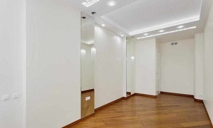 Вид от окна на белую спальню. Пол контрастирует с общим помещением.